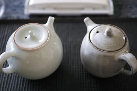 景徳鎮の青磁の茶壺とチェコ土の茶壺