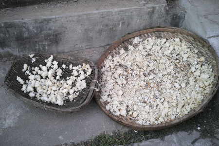 蒸した米を天日干し1