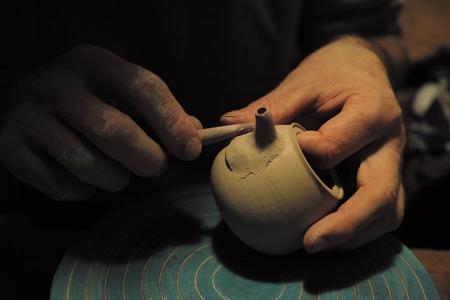 チェコ土の茶壺口をつける