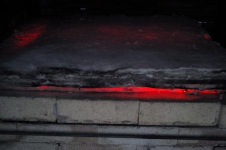 窯の隙間から見える赤い火