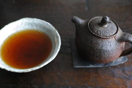 チェコ土の茶壺でお茶淹れ