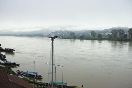 川を見ている