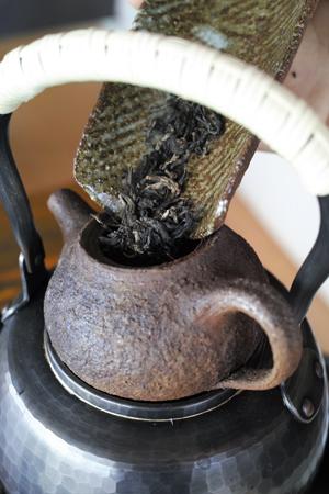 茶壺で茶葉を炙る