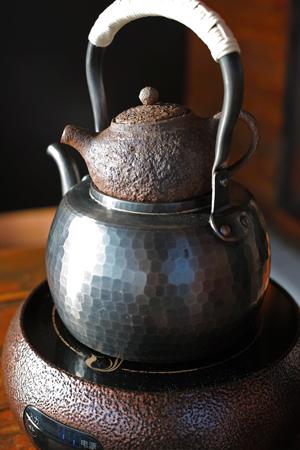 茶壺をつかって茶葉の火入れ
