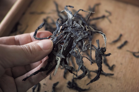 表面の茶葉を剥がす