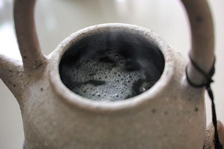 炙った茶葉を煮る