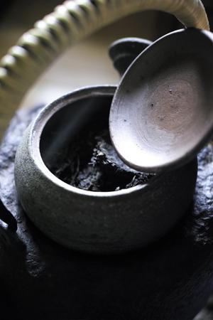 醒茶器を鉄瓶の上