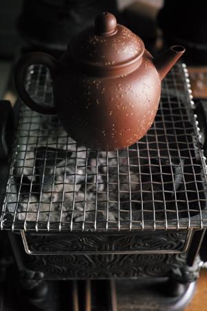 茶壺を残り火にかける