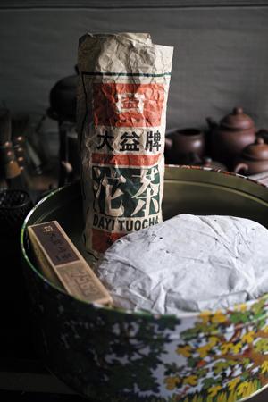お菓子の缶で熟成した茶葉