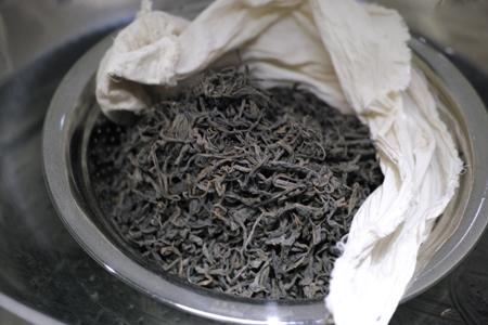 茶葉を蒸す