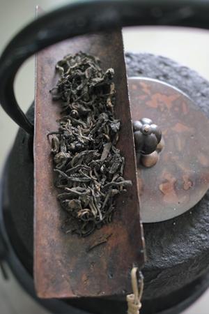 茶葉を熱して乾かす
