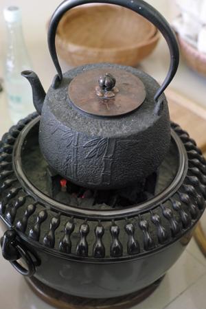 鉄瓶と炭火
