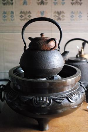 炭火と鉄瓶と茶壺