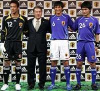 新デザインの日本代表ユニホームを披露する、左から土肥、ジーコ監督、中田浩、今野