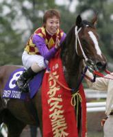 第30回エリザベス女王杯を制したスイープトウショウと池添謙一騎手=京都競馬場(共同通信)