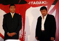会見でも互いに距離を置き、緊張感をみなぎらせた小川(左)と吉田【スポーツナビ】