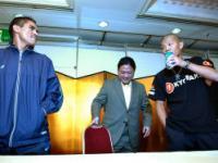アランブレット(左)の目の前でスポーツドリンクを飲み干して挑発する亀田(中央は金平会長)
