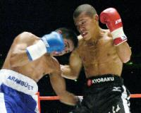 ノンタイトル10回戦の6回、ノエル・アランブレット(左)と激しく打ち合う亀田興毅=さいたまスーパーアリーナ