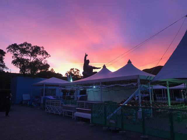 8月9日午前5:30分の平和祈念像の背景に朝焼けがまぶしいほどきれいでした