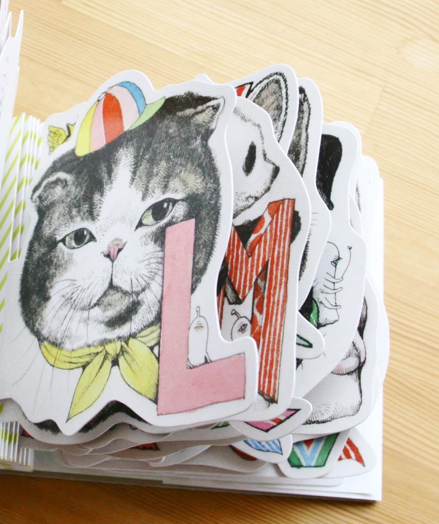 ヒグチユウコ 型抜きPOSTCARD BOOK「A to Z」 猫絵本 猫雑貨 ポストカード ヒグチユウコ 秋田 かぎしっぽ
