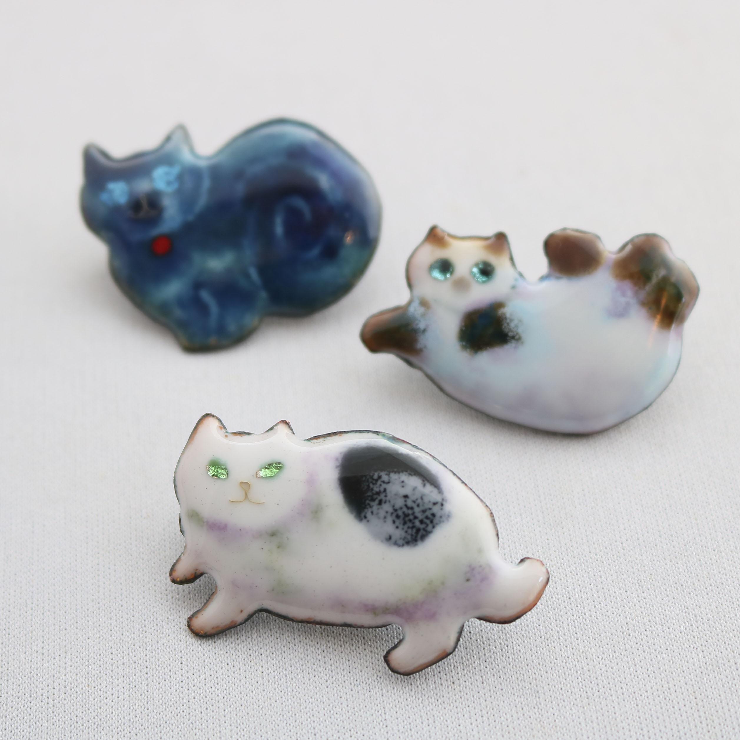 秋田 かぎしっぽ 猫雑貨 猫グッズ ハンドメイド ブローチ 七宝焼き