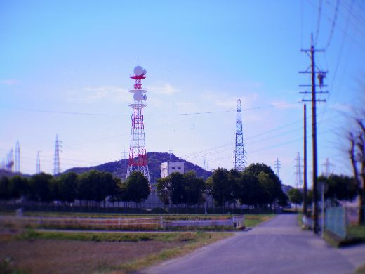 アンテナ塔の見える道