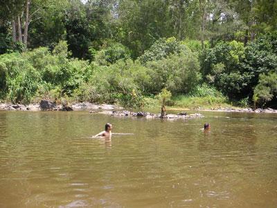 川で水あそび