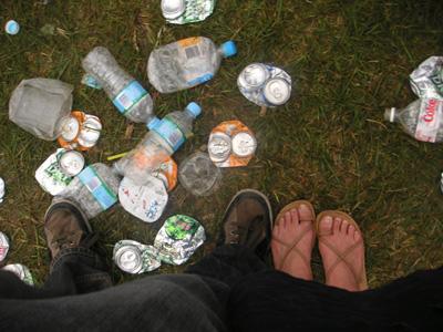 足下を埋め尽くすゴミ