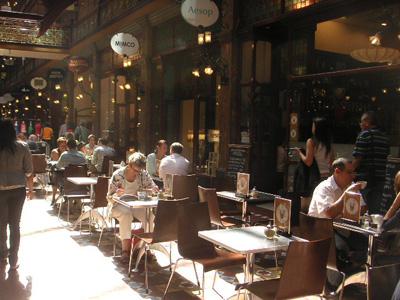 アンティーク調なアーケドのカフェ