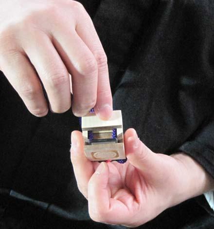 印籠SDカードケース再度収納する様子です。