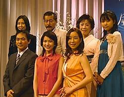 (前列左から)渡辺いっけい、村川絵梨、真矢みき(後列左から)木村佳乃、藤竜也、朝丘雪路、黒川芽以