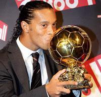 欧州サッカーの年間最優秀選手を受賞し、トロフィーにキスするロナウジーニョ