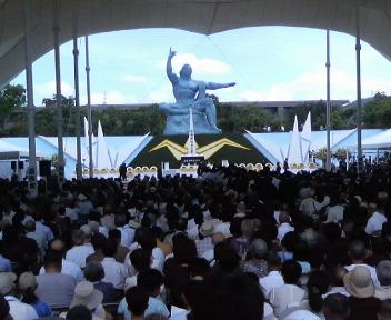 くの市民や被爆者らが参列して開かれた平和祈念式典=9日午前10時55分、長崎市松山町の平和公園