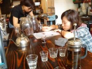 コーヒー教室で勉強する