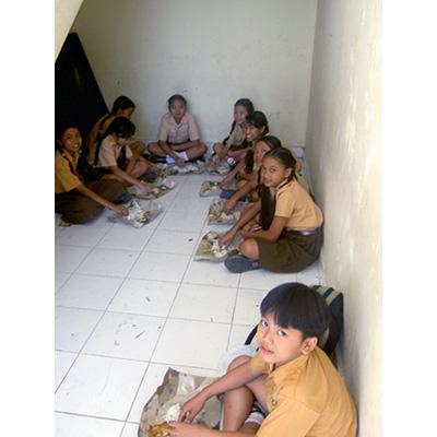バリの小学生のランチタイム
