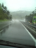雨の高速は速度控えめで・・・