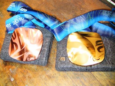 2個のメダル(表)
