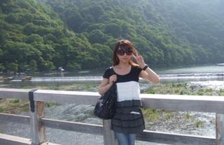 後ろは嵐山