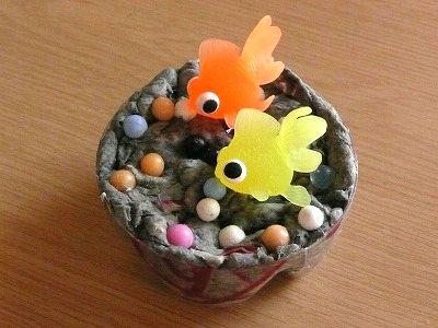 息子の新聞紙・紙粘土の工作作品に金魚の飾りを置いてみた・・
