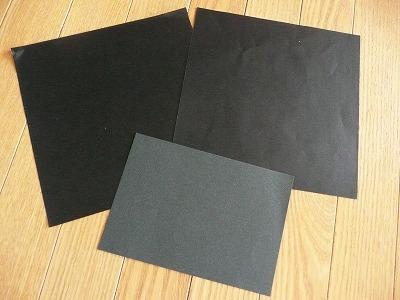 黒い折り紙と画用紙