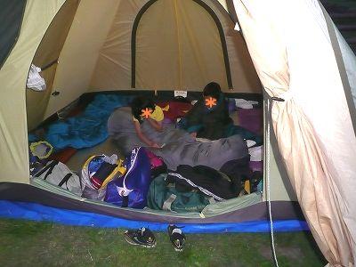 ニセコ野営場のテントの中の子ども達