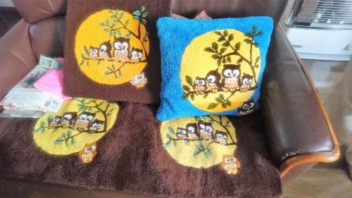 母のダネラの作品、クッションカバー、座布団カバー