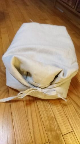 ニトリのそばがら枕、ヒモを結んで高さ調節、高くしたところ