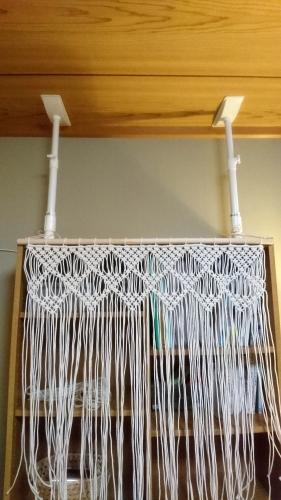 白いプラスチックの突っ張り棒