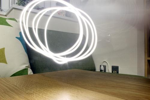 シャッタースピードを遅くしてスマホのライトを動かして軌跡を撮影