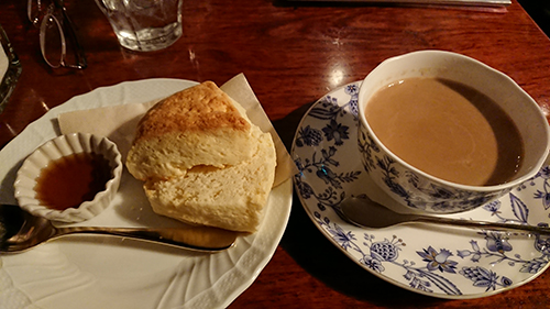 カフェでカフェオレとスコーン