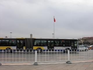 バスが2台連結されています。