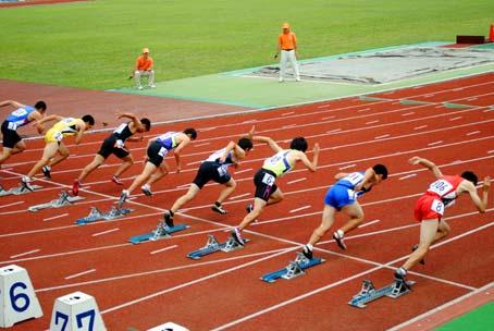 短距離スタート *一斉にスタートがきられた。* 距離走の場合、十分に加速がつくまで顔をあげない。