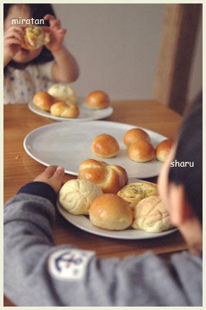 パンを食べる子どもたち