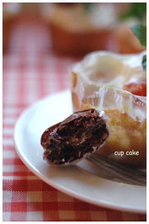 マカロンをのせたカップケーキ